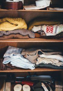 מדפים עם בגדים בארון