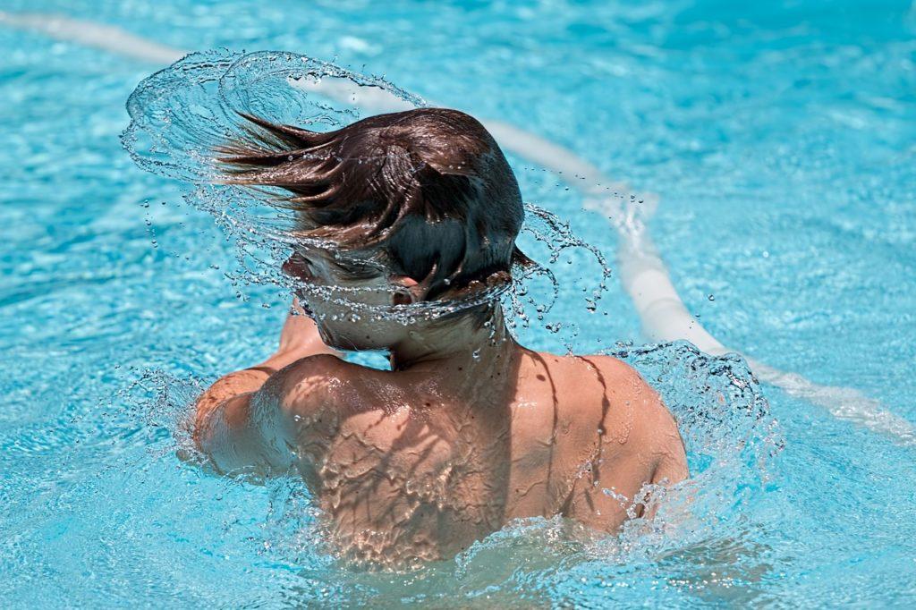 ילד בבריכה