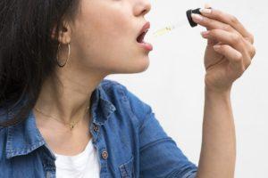 אישה לוקחת תרופה