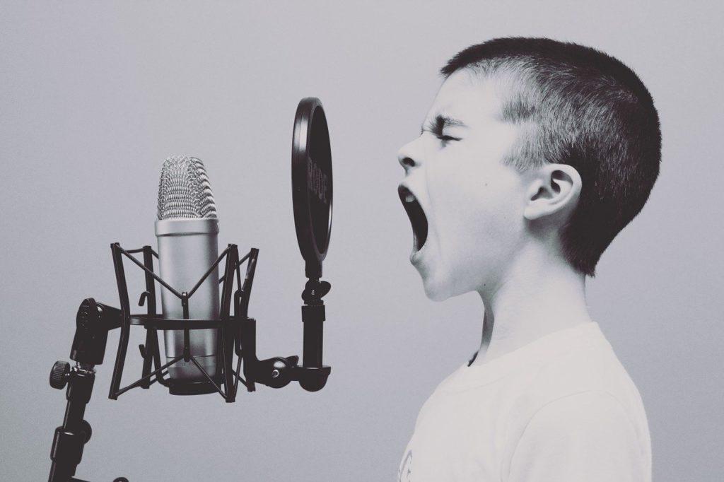 ילד שר