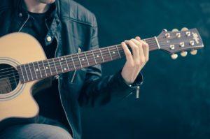 ניגון על גיטרה