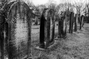 שורה של קברים