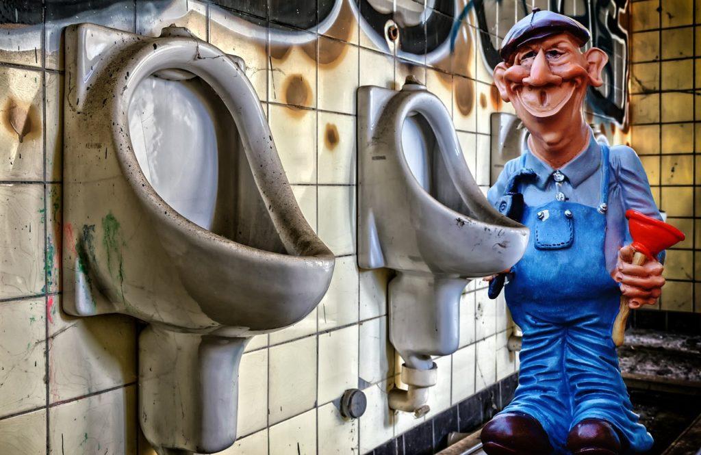 אינסטלטור בשירותים